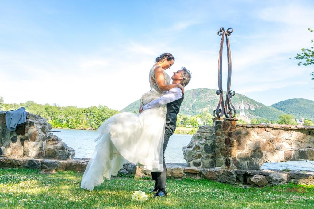Photographe Mariage Beloeil couple parc rivière montagne