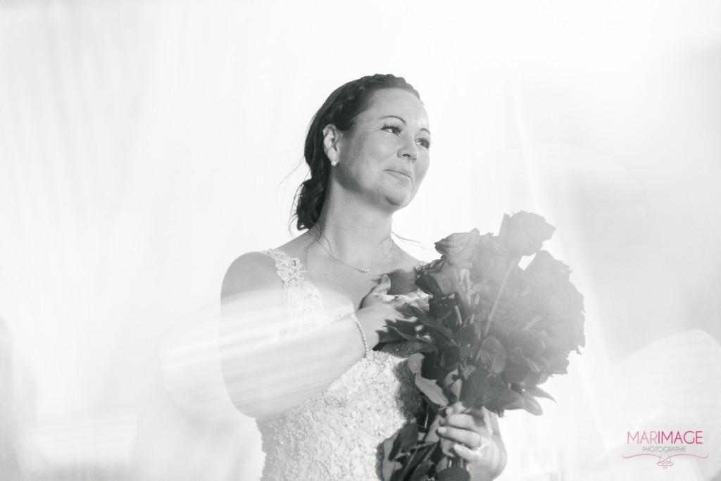 Photographe Mariage Beloeil fleurs roses mariée noir et blanc